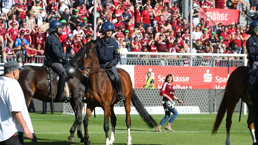 06.05.2018 --- Fussball --- Saison 2017 2018 --- 2. Fussball - Bundesliga --- 33. Spieltag: SV Sandhausen - 1. FC Nürnberg Nuernberg FCN ( Club ) --- Foto: Sport-/Pressefoto Wolfgang Zink / JüRa --- ....Jubelkette des Teams - Jubel Freude nach Spielende