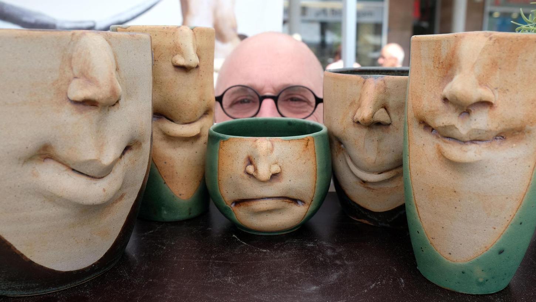 Keramikmeister Clemens Schleifer hat mit halben Gesichtern auf Tassen und Pflanzbechern ein persönliches Markenzeichen entwickelt.