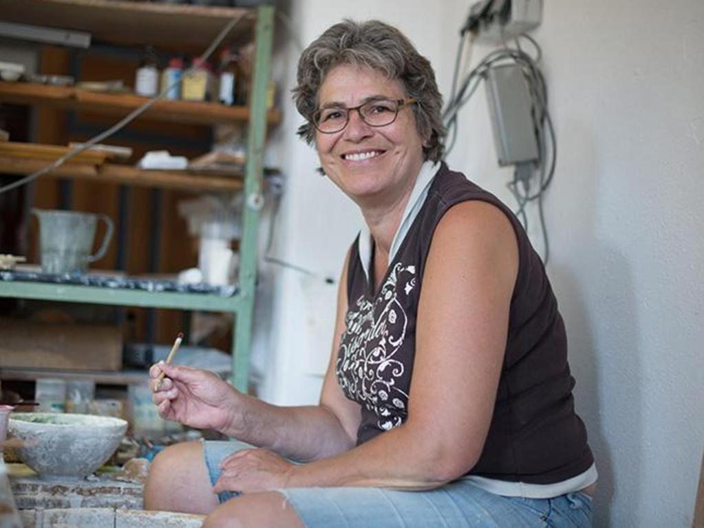 Margarete Tröger in der Werkstatt.