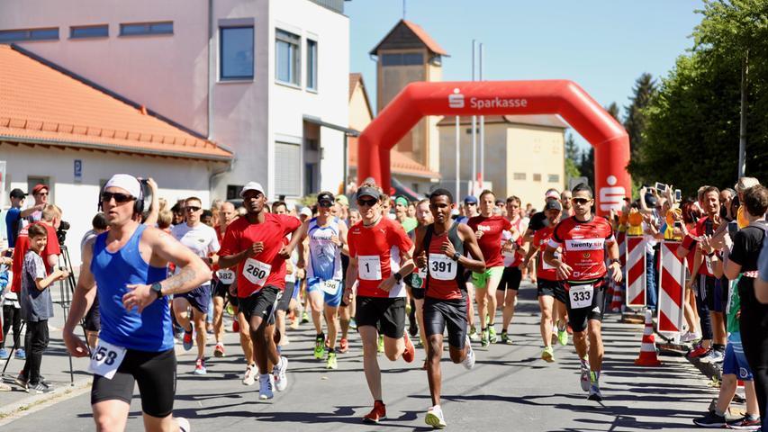 Der 3. Krenlauf in Baiersdorf sorgte mit einem neuen Teilnehmerrekord bei Veranstaltern und Besuchern für Begeisterung. Rund 900 Läufer aller Altersklassen nahmen an einem der 6 angebotenen Läufe Teil. Markus-Kristan Siegler von der Laufgemeinschaft Erlangen schaffte das Unglaubliche: zum 3. Mal in Folge siegte er im Hauptlauf über 10km und gewann damit alle bisherigen Krenläufe. Manuela Glöckner vom TSV Ebermannstadt erlief sich souverän den Sieg der Damen über 10km..
