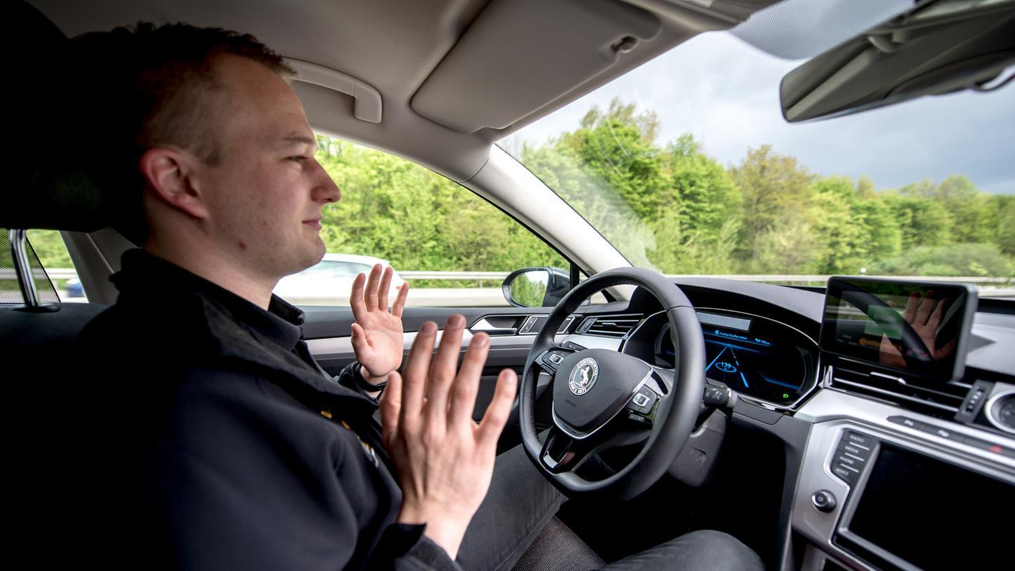 Noch sind komplett autonom fahrende Autos in Deutschland nur bei Testfahrten unterwegs. Doch der massenhafte Einsatz solcher Fahrzeuge könnte schon in naher Zukunft möglich sein. Experten befürchten dadurch noch mehr Staus.