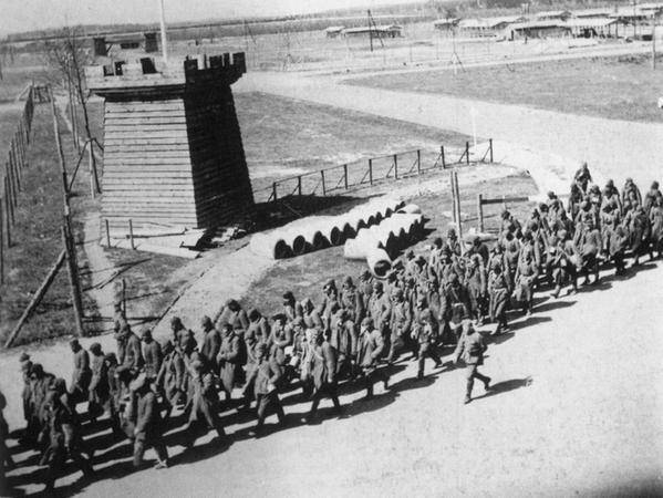 Ein Trupp sowjetischer Kriegsgefangener rückt im Lager Langwasser zur Zwangsarbeit aus. Viele von ihnen kamen dabei ums Leben.