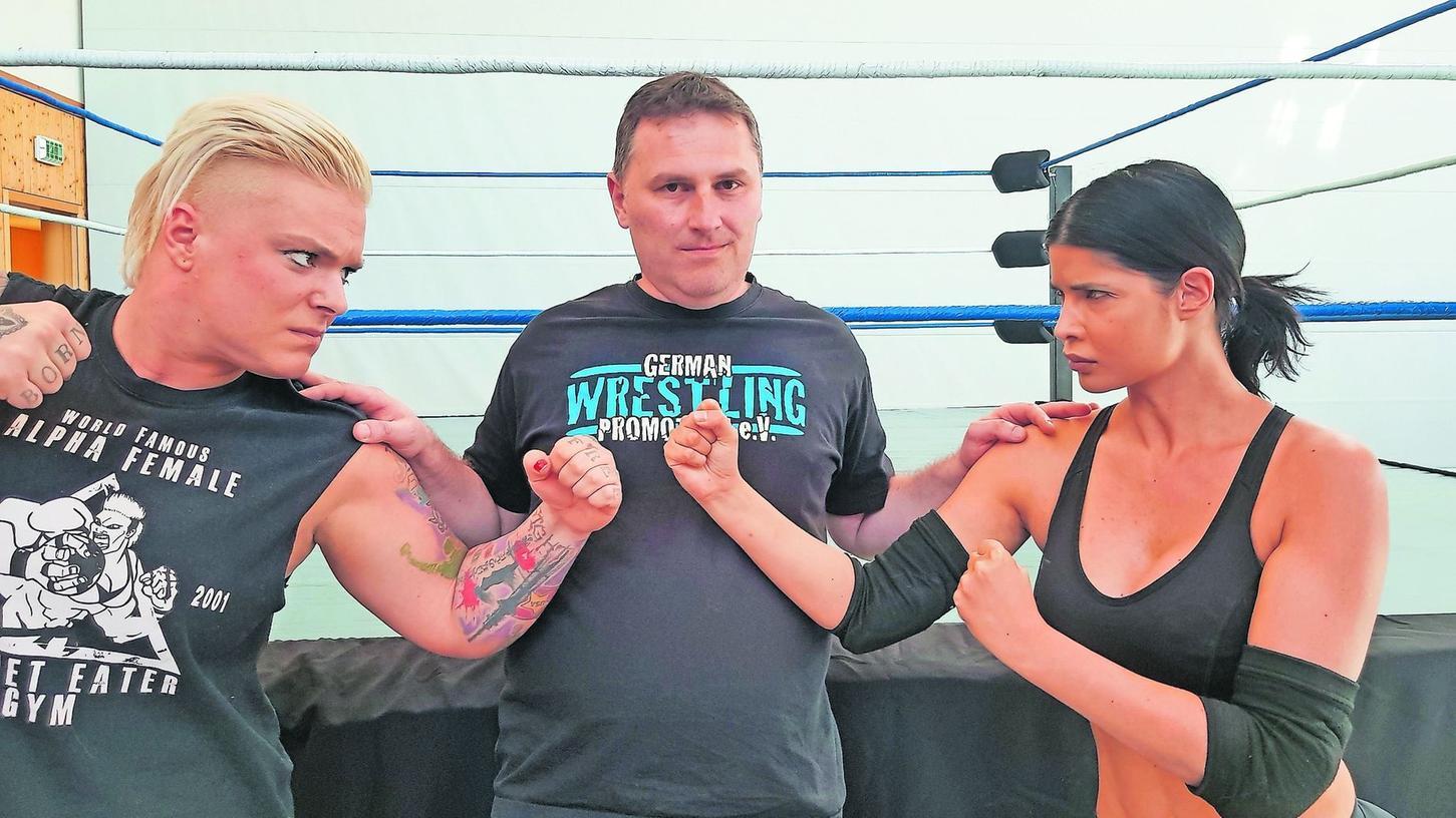Wie früher Cassius Clay & Co. Jazzy Gabert (links) und Erotik-Model Micaela Schäfer (re.) machen schon vor dem samstäglichen Kampf einen auf dicke Lippe. GWP-Chef und Promoter Nicolas Banner versucht zu schlichten. Aufgenommen in der neuen GWP-Wrestlingschule in Allersberg.