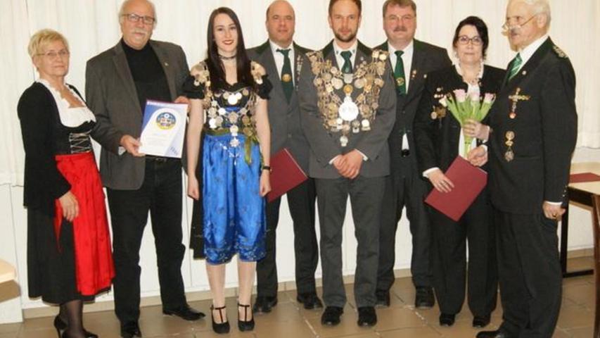 Die erfolgreichen Teilnehmer und Gäste beim Vogelschießen im Schützengau Erlangen.
