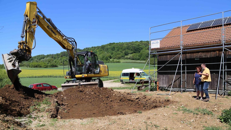 Ingrid Saal und Wolf-Dietrich Schröber verfolgen gespannt die Grabung an der Außenanlage des Kreisbienenlehrstands.
