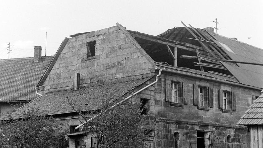 Vor 50 Jahren wütete eine der schlimmsten Sturmkatastrophen im Raum Pegnitz. Nicht nur im Veldensteiner Forst wurden Tausende von Festmetern Holz wie Streichhölzer geknickt. In Pegnitz etwa fiel ein Baum auf die Schloßberghalle. Dazu deckte der Wind am Krankenhaus das Dach der Kapelle und des Bettenhauses ab. In Püttlach wurde eine Scheune um 20 Zentimeter verrückt, ehe sie krachend zusammenbrach. In Schwürz wurde das Wohnhaus von Hans Freiberger (Bild) schwer beschädigt und in Spies der halbe Obstbaumbestand zerstört. In Trockau wurde das Dach der Autobahnmeisterei teilweise abgedeckt. Nicht nur Forstrat Josef Niederwald war vom Ausmaß der Schäden entsetzt. Tagelang waren Bautrupps damit beschäftigt, die teilweise unpassierbaren Straßen wieder freizuschneiden. Insgesamt gingen die Schäden in die Hunderttausende.