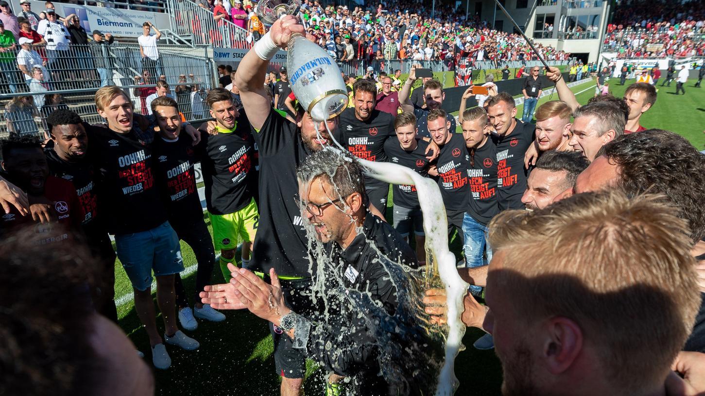 Bier mit den Fans, Bier mit den Spielern: Ex-Club-Coach Michael Köllner, der am Samstag in die Noris kommt, weiß, dass man den Anhängern und den fußballspielenden Akteurennah sein muss.