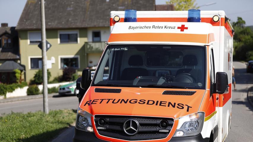 Ein Radfahrer war am Sonntagmorgen (13.05.2018) an der Hauptstraße in Gundelsheim (Lkr.. . Weißenburg-Gunzenhausen) schwer gestürzt. Laut Aussagen der Polizei musste der Fahrer so stark bremsen, dass er über seinen Lenker auf den Boden stürzte. Ein Rettungshubschrauber brachte den Schwerverletzten in ein nahe gelegenes Krankenhaus. Foto: NEWS5 / Goppelt Weitere Informationen... https://www.news5.de/news/news/read/13302