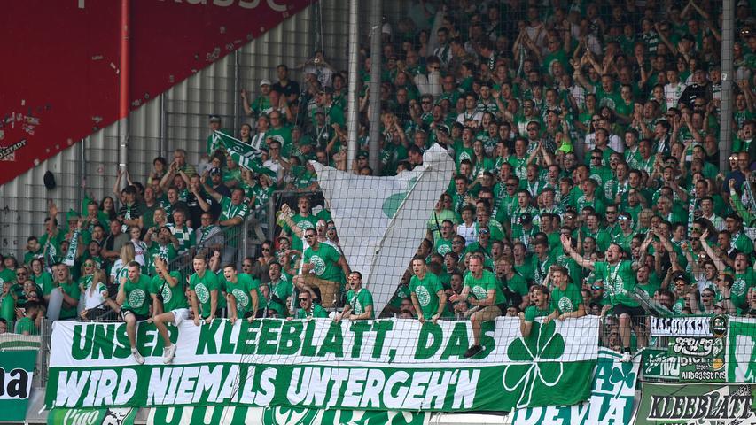 Mit lautstarker Unterstützung geht es los in der Voith-Arena. Fürth erwischt den besseren Start...