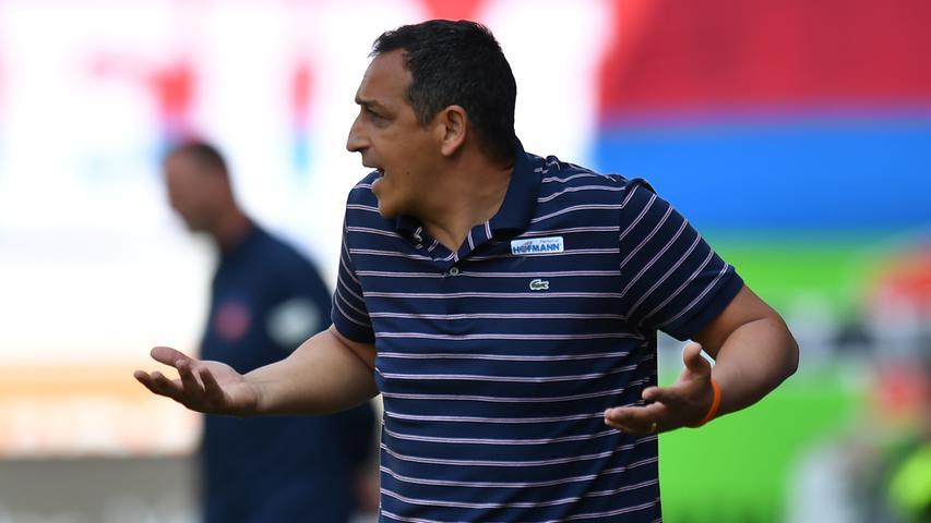 Von der ersten Minute an zeigt Sportdirektor Rachid Azzouzi vollen Einsatz und fungiert als Sprachrohr von der Seitenlinie aus.