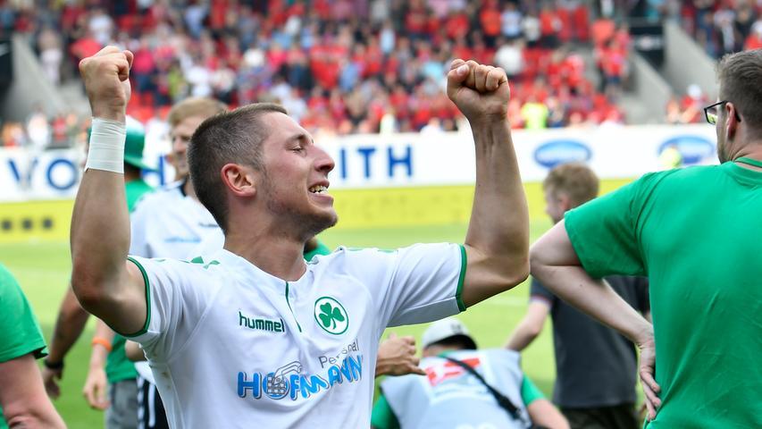 Die letzten Wochen waren hart, sehr hart für Maximilian Wittek und die Spielvereinigung Greuther Fürth. Jetzt darf gefeiert werden, denn Fürth bleibt in der Liga, weil Darmstadt gegen Aue siegt und Braunschweig in Kiel unter die Räder gerät.
