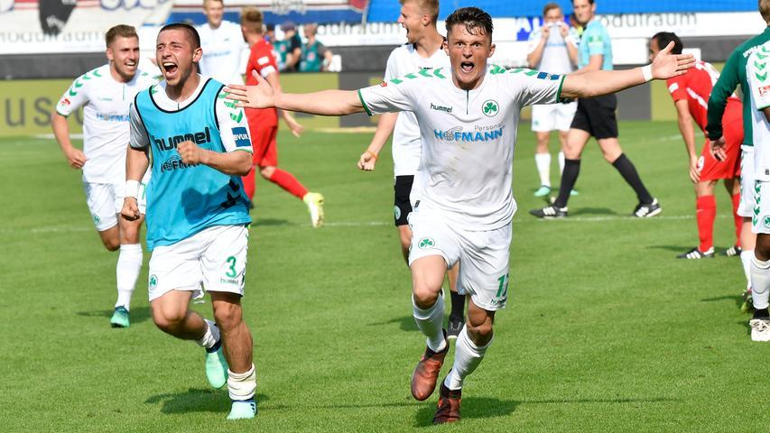13.05.2018 --- Fussball --- Saison 2017 2018 --- 2. Fussball - Bundesliga --- 34. Spieltag: FC Heidenheim FCH - SpVgg Greuther Fürth ( Kleeblatt ) --- Foto: Sport-/Pressefoto Wolfgang Zink / WoZi --- ....Maximilian Wittek (3, SpVgg Greuther Fürth ) Fabian Reese (17, SpVgg Greuther Fürth ) Jubel Freude nach Spielende