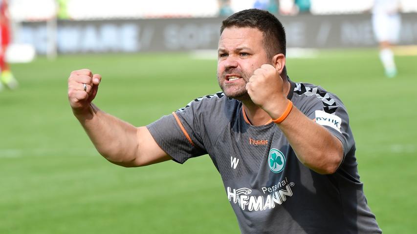 13.05.2018 --- Fussball --- Saison 2017 2018 --- 2. Fussball - Bundesliga --- 34. Spieltag: FC Heidenheim FCH - SpVgg Greuther Fürth ( Kleeblatt ) --- Foto: Sport-/Pressefoto Wolfgang Zink / WoZi --- ....Daniel Wiegand (Team-Koordinator Zeugwart SpVgg Greuther Fürth ) Jubel Freude