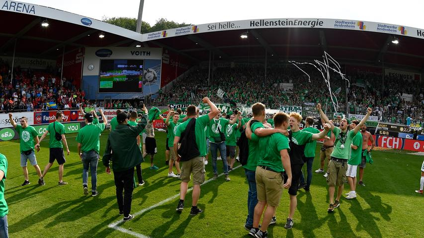 13.05.2018 --- Fussball --- Saison 2017 2018 --- 2. Fussball - Bundesliga --- 34. Spieltag: FC Heidenheim FCH - SpVgg Greuther Fürth ( Kleeblatt ) --- Foto: Sport-/Pressefoto Wolfgang Zink / WoZi --- ....Kleeblattfans Jubel Freude nach Spielende