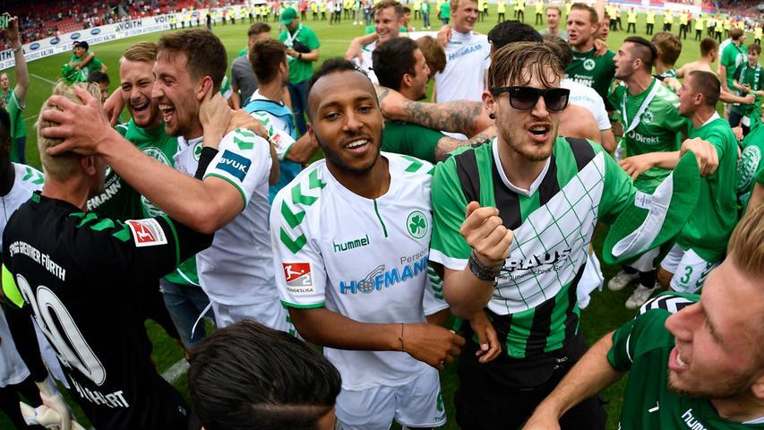 13.05.2018 --- Fussball --- Saison 2017 2018 --- 2. Fussball - Bundesliga --- 34. Spieltag: FC Heidenheim FCH - SpVgg Greuther Fürth ( Kleeblatt ) --- Foto: Sport-/Pressefoto Wolfgang Zink / WoZi --- ....Sascha Burchert (30, SpVgg Greuther Fürth ) Mario Maloca (22, SpVgg Greuther Fürth ) Julian Green (8, SpVgg Greuther Fürth ) Jubel Freude nach Spielende
