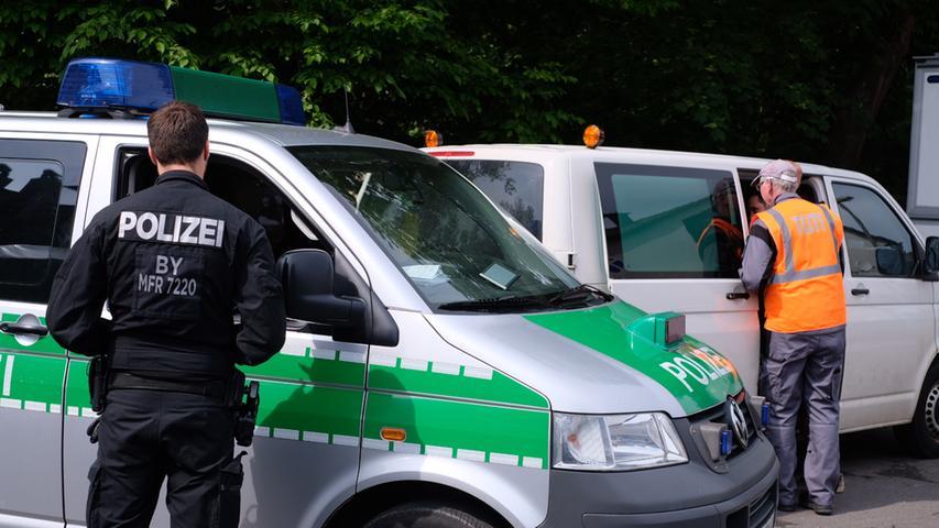 Bereits seit dem 13.11.2013 gibt es kein Lebenszeichen mehr von Heidi D. Die Postbotin war nach dem Joggen nicht mehr nach Hause gekommen und bislang verliefen alle Spuren bei der Suche nach ihr im Sand. Jedoch scheint es jetzt durch Ermittlungen neue Ansatzpunkte zu geben – die Polizei durchsucht seit Montagmorgen (14.05.2018) das Anwesen der Vermissten und die darauf befindlichen Gebäude. Nach Medieninformationen sollen hierbei nicht nur Beamte der Mordkommission und der Bereitschaftspolizei in der Pellergasse im Nürnberger Stadtteil Fischbach zum Einsatz kommen, sondern auch Leichenspür- und Archäologiehunde.. Weitere Informationen folgen! Foto: NEWS5 / Grundmann Weitere Informationen... https://www.news5.de/news/news/read/13315