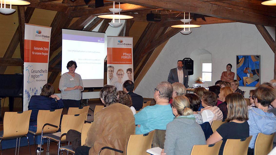 Ulrike Haarmann, pflegerische Leiterin des SAPV-Teams, referiert über das Angebot der spezialisierten ambulanten Palliativversorgung in Altmühlfranken.