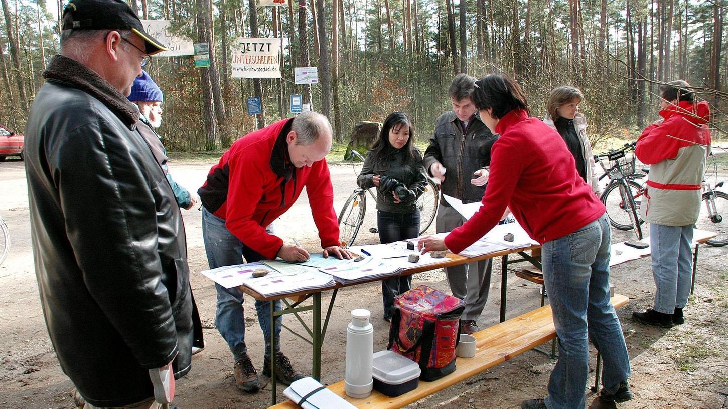 Infostand der Bürgerinitiative Umweltverträgliche Mobilität im Schwabachtal e.V. in Uttenreuth. Die Gegner der Südumgehung sammeln im Jahr 2007 Unterschriften, um ein Bürgerbegehren auf den Weg zu bringen.