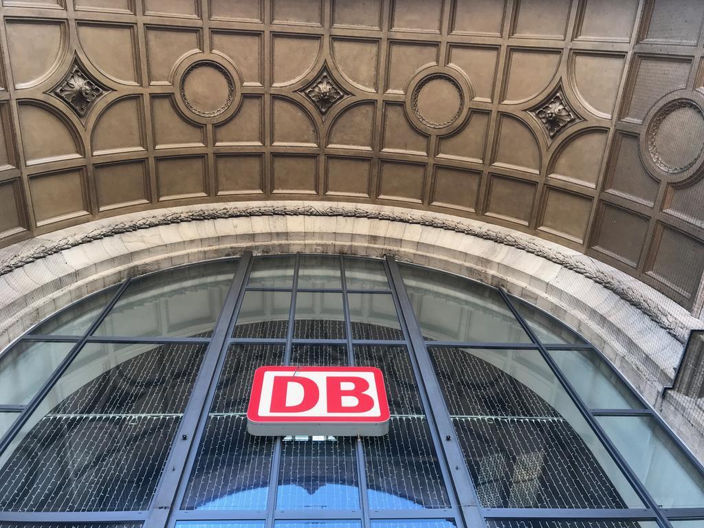 Hauptbahnhof Nürnberg Fassade Außenansicht DB-Logo Glasfenster
