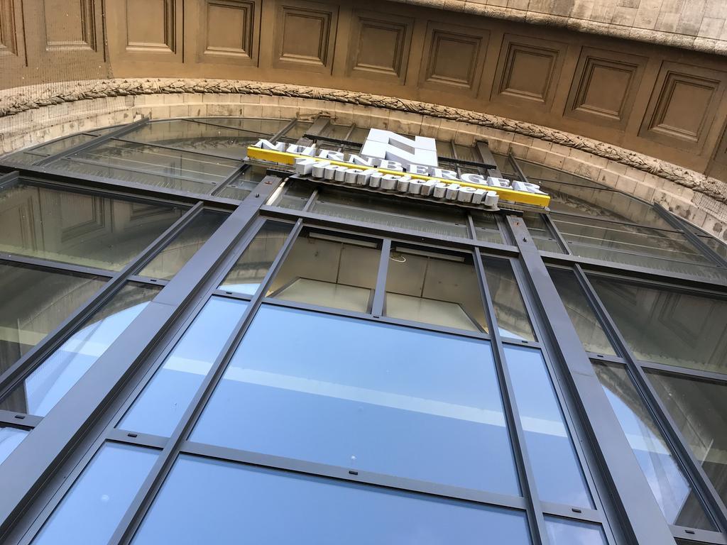 Hauptbahnhof Nürnberg Fassade Außenansicht NN-Logo Glasfenster