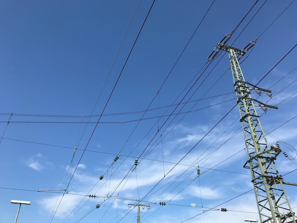 Oberleitung Stromleitung Hauptbahnhof Nürnberg Mast Himmel Außenaufnahme