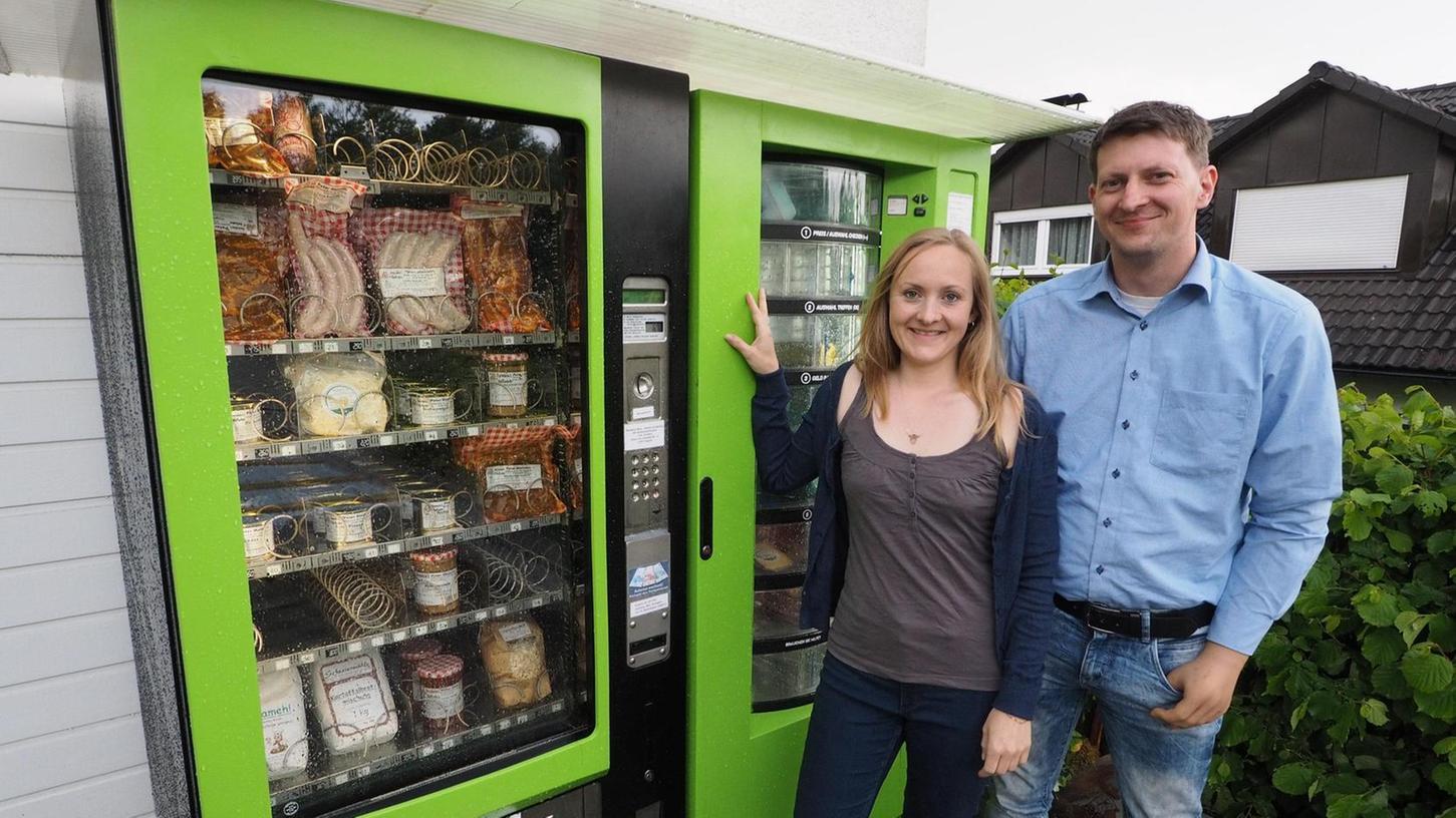 Schätzen die Lebensmittelautomaten auch, weil sie von festen Ladenöffnungszeiten unabhängig machen: Karina und Norbert Grellner vom Weidehof, die in der Lohesiedlung einen Direktverkauf anbieten.