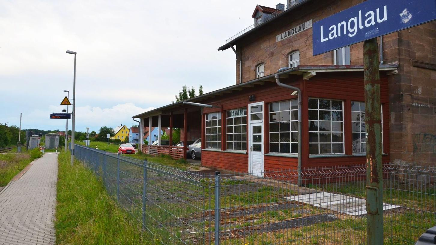 Der Bahnhof Langlau soll im Zuge der Reaktivierung der Hesselbergbahn ein zweites Gleis für Begegnungsverkehr erhalten.
