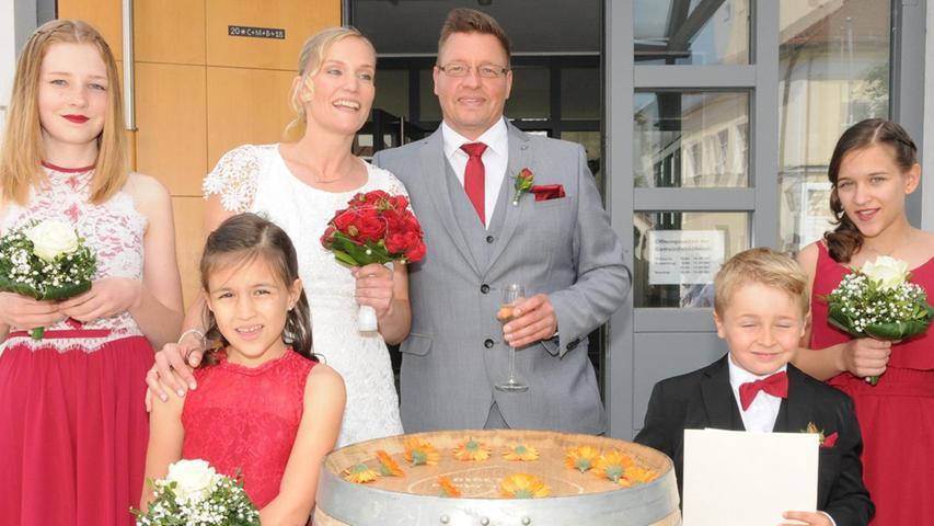Michael und Gabriele Pickelmann strahlten mit der Sonne um die Wette, als die beiden als frisch vermähltes Paar das Standesamt in Berg verließen. Erwartet wurden die Eheleute von der Singgemeinschaft