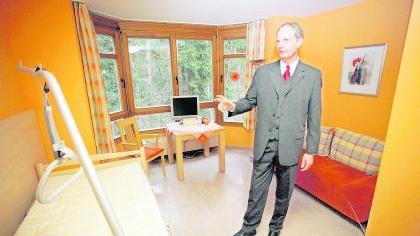 Farbige Wände, Platz für Besucher, der Blick geht hinaus ins Grüne: Roland Hanke vom Hospizverein Fürth im neuen Hospizappartement.