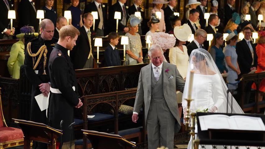 Die letzten Meter begleitete Prinz Charles die Schauspielerin bis zum Altar, wo Harry sie in Empfang nahm.