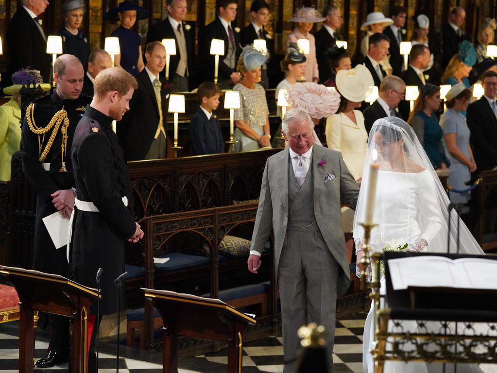 19.05.2018, Großbritannien, Windsor: Meghan Markle steigt die Stufen zur St.-Georgs-Kapelle hinauf. Prinz Harry of Wales heiratet Meghan Markle. Foto: Andrew Matthews/PA Wire/dpa +++ dpa-Bildfunk +++