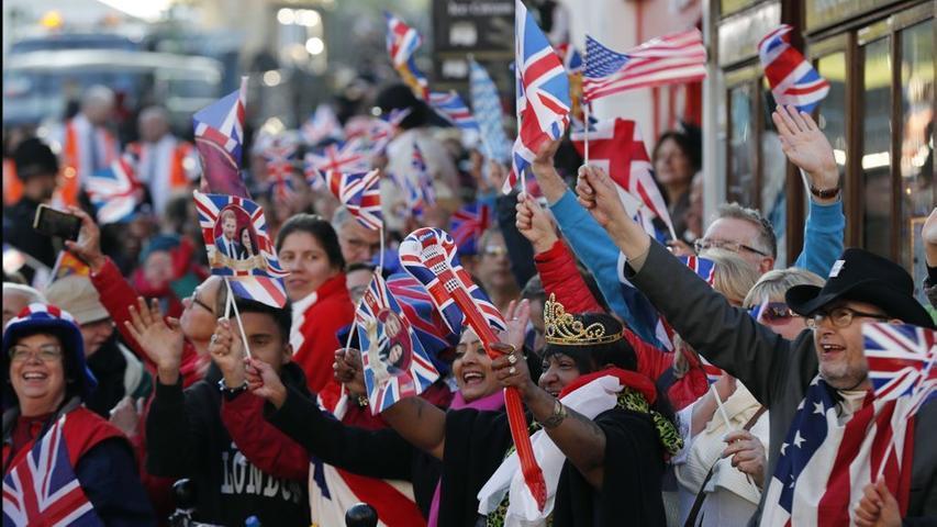 Alle Welt schaute im Mai 2018 nach Windsor, wo sich Prinz Harry und Meghan Markle bei strahlendem Sonnenschein in der St.-George's-Kapelle das Jawort gaben. In der Kirche waren neben der königlichen Familie auch zahlreiche prominente Gäste, die alle einer beeindruckenden Predigt lauschen durften.  Schon Tage vorher hatten sich die Fans der Königshauses vor der St.-George's-Kapelle versammelt, nur um Prinz Harry und Meghan Markle zujubeln zu können.