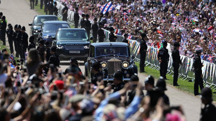 Dann kommt der entscheidende Moment, die ersten Wagen mit königlicher Besetzung fahren vor.