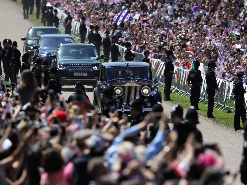 19.05.2018, Großbritannien, Taplow: ..Meghan Markle und ihre Mutter Doria Ragland fahren im Auto den Long Walk vor dem Schloss Windsor entlang. Prinz Harry of Wales heiratet Meghan Markle. Foto: Aaron Chown/PA Wire/dpa +++ dpa-Bildfunk +++