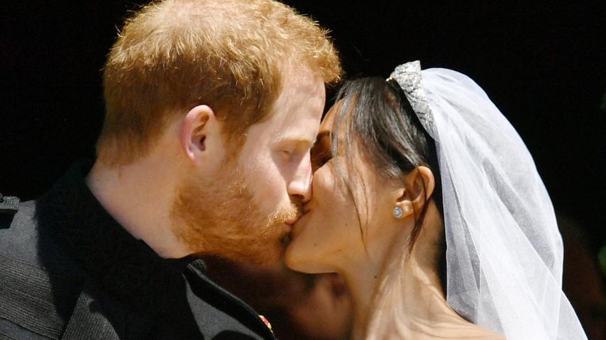 Den abschließenden Kuss gab es dann auch noch unter tausenden Jubelrufen vor der Kapelle.