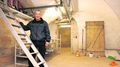 Am Tatort: Peter Kramer vom Hausmeisterbüro des Rathauses steht in jenem Keller, den der Trägerverein des Kriminalmuseums für sein Projekt nutzen möchte.