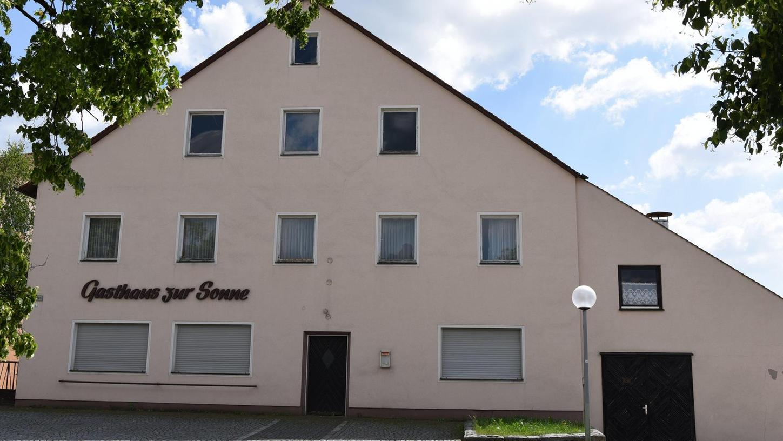 """Das seit vielen Jahren leerstehende Gasthaus Lukas soll saniert werden, um die Ortsmitte von Berngau weiter zu beleben. Am Dienstag, 29. Mai, informiert die Gemeinde über den Stand der Vorbereitungen für den geplanten """"Städtebaulichen Wettbewerb""""."""