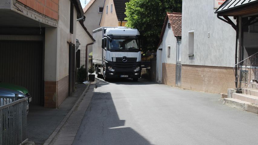 Ein Lkw fährt durch die Markgrafenstraße in Egloffstein. Die ist stellenweise so eng, dass die Kraftfahrzeuge im Vorbeifahren an Dachrinnen, Begrenzungspfosten und Mauern stoßen