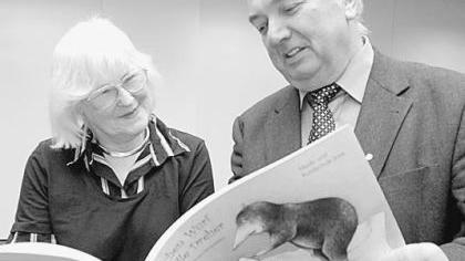 Margrit Vollertsen-Diewerge und Druckerei-Chef Walter Fellermeier mit dem Buch.