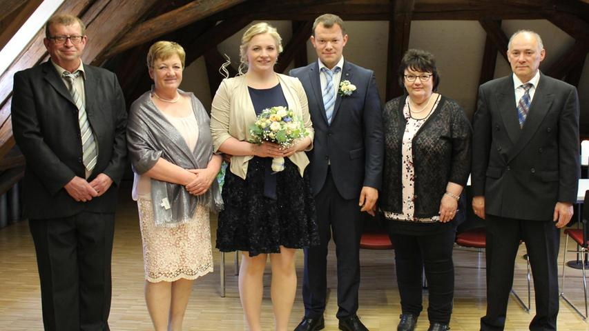 Den Bund der Ehe schlossen Julia Hübner aus Unterferrieden und Markus Götz aus Pilsach im Kulturstadel Berngau. Bürgermeister Adolf Wolf vollzog die standesamtliche Trauung im Beisein der Familienangehörigen. Nach dem Zeremoniell warteten die Kollegen des Brautpaares mit einem Spalier. Es musste sich den Weg, der mit Mullbinden versperrt war, freischneiden. Auch beim Ausschneiden eines Herzens konnte die Braut ihre Schnelligkeit unter Beweis stellen. Die 24-jährige Krankenschwester in Rummelsberg und der 28-jährige Service-Techniker bei Fischer Automobile Neumarkt haben sich vor drei Jahren im