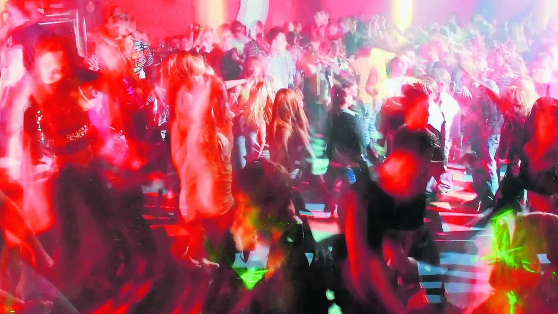 Tanzen bis zum Beginn der Sperrzeit: Nachtschwärmer können jederzeit im Getümmel aneinander geraten, unabhänig von der Sperrstunde.