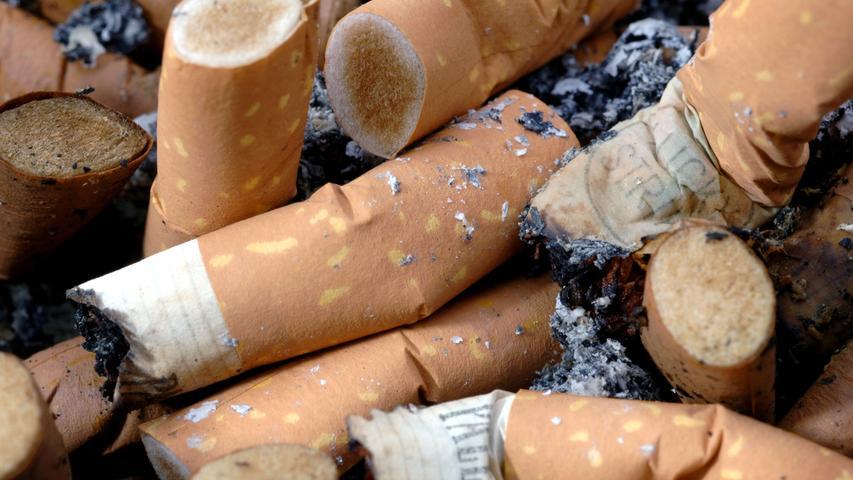 Nicht nur schlecht für die Gesundheit, sondern auch für die Umwelt: Auf den Boden geworfene Zigarettenstummel enthalten jede Menge Giftstoffe und brauchen etwa zehn bis 15 Jahre, bis sie biologisch abgebaut sind. Sie enthalten zwar kein Plastik, sind aber bei rund 4,5 Billionen gerauchten Zigaretten pro Jahr ein durchaus ernstes Problem. Auch hier gibt es inzwischen Alternativen, wie zum Beispiel Filter aus Flachs, Hanf und Baumwolle, die bereits innerhalb weniger Tage abgebaut sind.