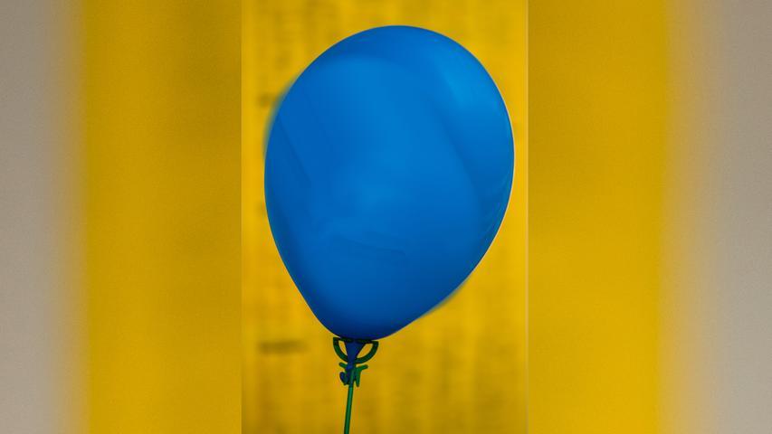 Kaum ein größeres Fest, kaum eine Wahlkampfveranstaltung kommt ohne sie aus: Luftballons für die Kleinen, die einfach und kostengünstig beschäftigt werden können. Auf den Ballons aufgedruckt hätte die EU gerne Hinweise, wie diese nach Gebrauch zu entsorgen sind, und Plastikstäbe, die diese Ballons halten, sollen ab 2021 gänzlich vom Markt verschwinden. Entsprechende Alternativen wären Wollfäden oder ähnliche, nachhaltige Lösungen.