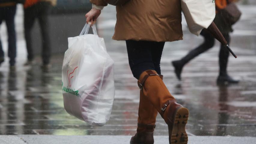 In Deutschland gibt es bereits eine Bezahlpflicht für Plastiktüten, dünnere Plastikbeutel sind davon allerdings noch ausgenommen. Gerade denen möchte die EU auf die Pelle rücken und will Hersteller an den Kosten für ökologische Aufklärung, Sammlung und Reinigung beteiligen. Entwicklungsminister Gerd Müller fordert ein Verbot der Plastiktüten in Deutschland - so wie es in einigen afrikanischen Ländern bereits Usus ist.