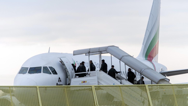 Abgelehnte Asylbewerber müssen Deutschland wieder verlassen. Der Bayerische Flüchtlingsrat kritisiert jedoch, dass vor allem im Freistaat vermehrt Hochschwangere abgeschoben und Familien getrennt würden.