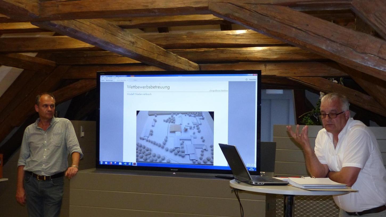 Bürgermeister Wolfgang Wild und Klaus Zeitler vom Büro Sireg erläuterten die Gründe für den Architektenwettbewerb. So sollen Gestaltungsvorschläge für das Lukas-Anwesen gesucht werden.