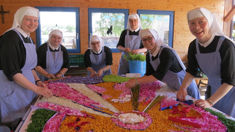 Am Mittwoch haben sich viele Aktive getroffen, um die Blütenteppiche zu legen. Sie haben ihre Tricks, damit die Blüten frisch bleiben. Im Bild die Auerbacher Schulschwestern bei der Arbeit.