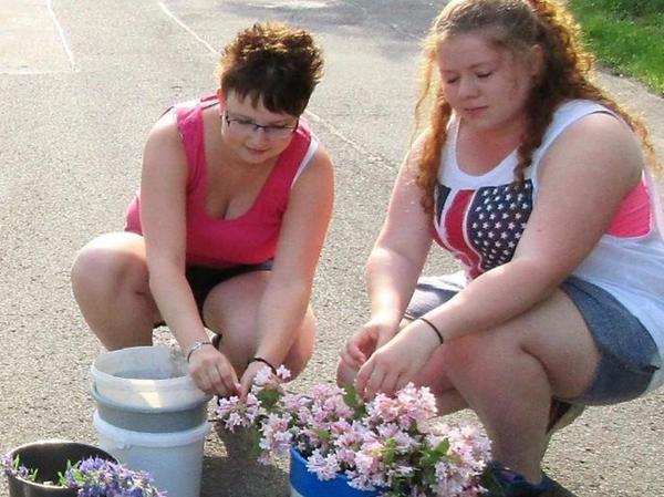 Die jungen Frauen der Landjugend pflücken bereits seit ihrer Kindheit Blumen für den Blütenteppich.