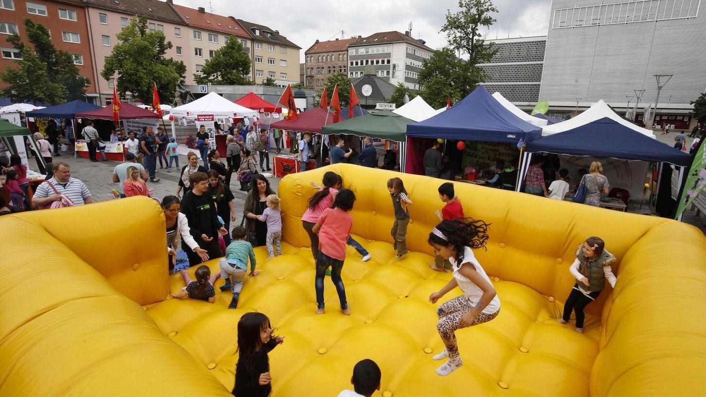 Die Hüpfburg für Kinder ist nur eines von vielen Elementen, das sich auf dem Straßenfest gegen Rassismus und Diskrimierung auf dem Aufseßplatz in den vergangenen vier Jahren fest etabliert hat. Und so wird es dort auch am 9. Juni wieder viel zu entdecken geben.