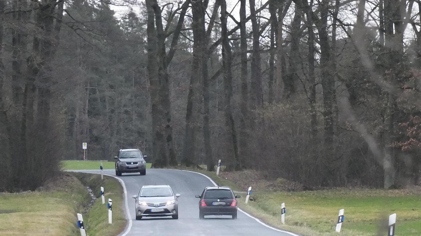 Die Staatsstraße 225 bei Sperberslohe. Im Hintergrund des Bildes ist – direkt nach der Kurve – die neu geschaffene Schulbushaltestelle zu sehen.